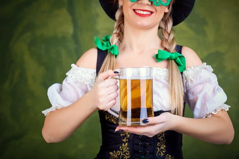 Serveuse de fille oktoberfest dans le costume national avec une tasse de bière photo libre de droits