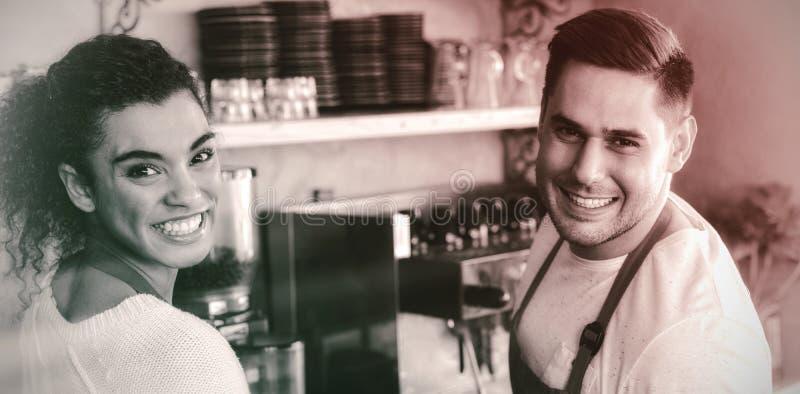 Serveuse et serveur de sourire en café images stock