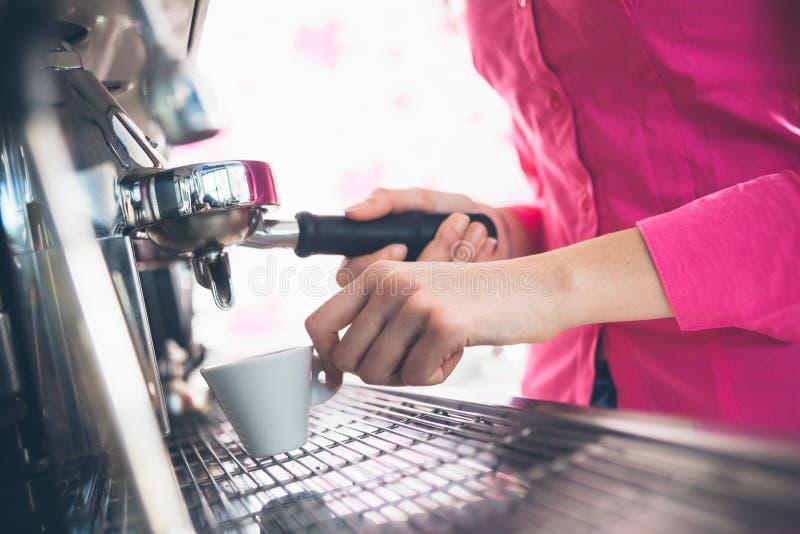Serveuse faisant le café photos libres de droits