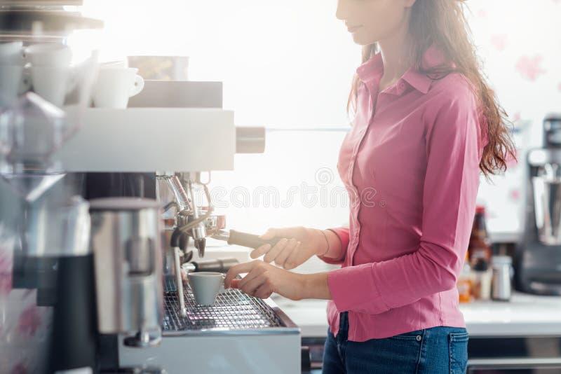 Serveuse faisant le café images libres de droits