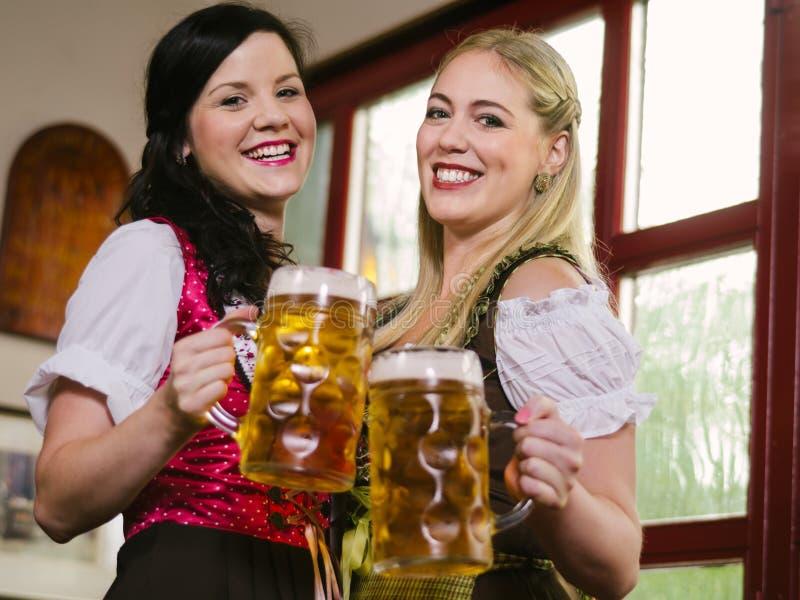 Serveuses Magnifiques D Oktoberfest Avec De La Bière Image libre de droits