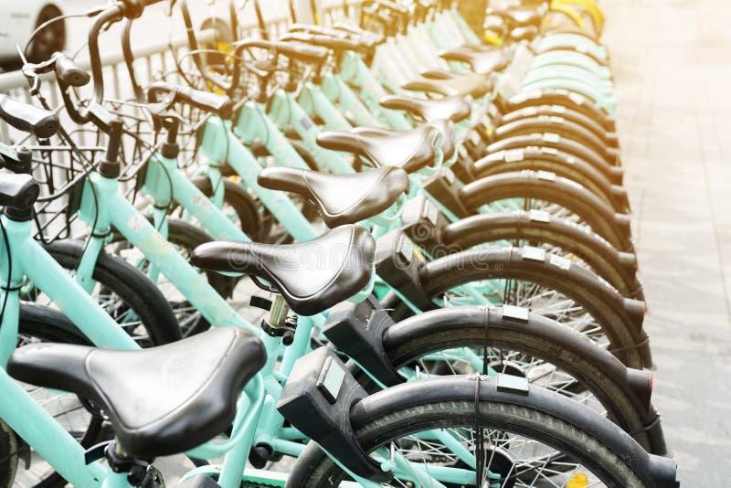 Serviço alugado da bicicleta no estacionamento da estrada de cidade fotografia de stock royalty free