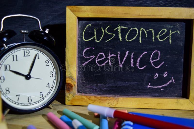 Serviço ao cliente em escrito à mão colorido da frase no quadro-negro imagem de stock royalty free