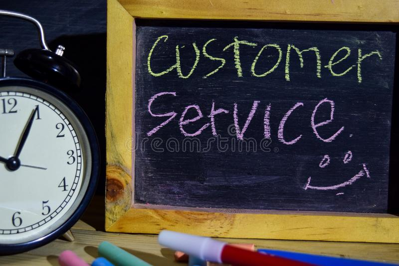 Serviço ao cliente em escrito à mão colorido da frase no quadro-negro fotografia de stock