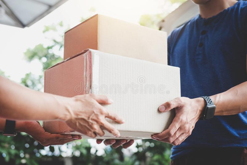 Serviço da entrega a domicílio e mente de trabalho do serviço, cliente h da mulher imagens de stock royalty free