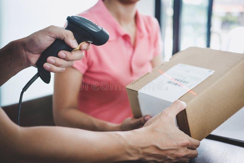Serviço da entrega a domicílio e mente de trabalho do serviço, trabalho do entregador fotografia de stock