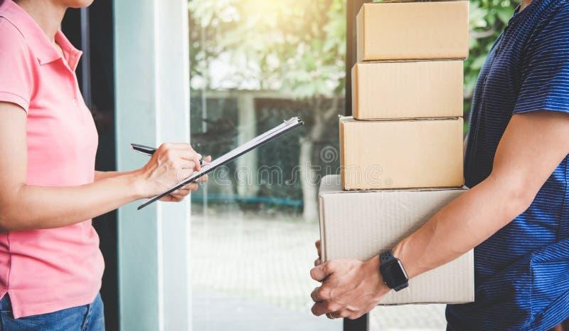 Serviço da entrega a domicílio e trabalho com mente do serviço, custo da mulher fotos de stock royalty free