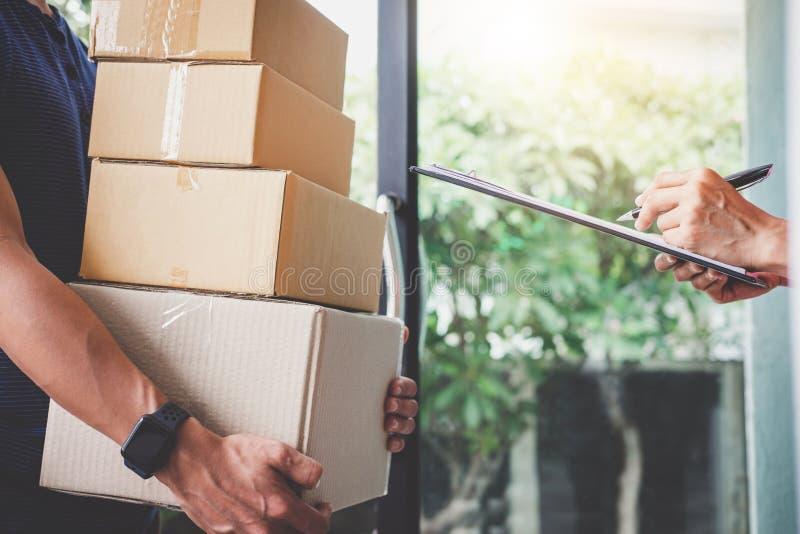 Serviço da entrega a domicílio e trabalho com mente do serviço, custo da mulher foto de stock