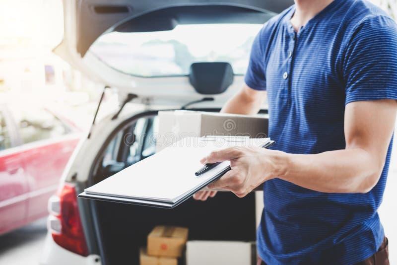 Serviço da entrega a domicílio e trabalho com mente do serviço, entregador foto de stock royalty free