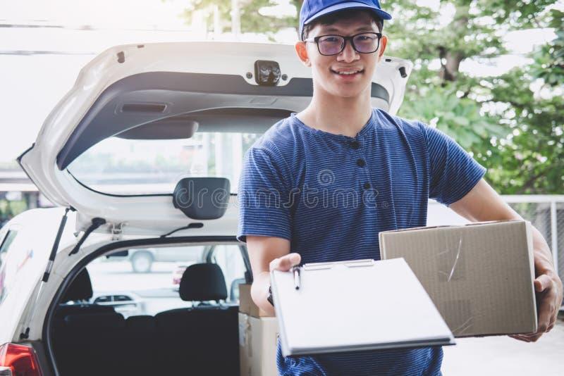 Serviço da entrega a domicílio e trabalho com mente do serviço, entregador com as caixas que estão perto na frente das portas da  imagem de stock royalty free