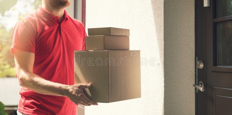 Serviço da entrega a domicílio - entregador com caixas foto de stock royalty free