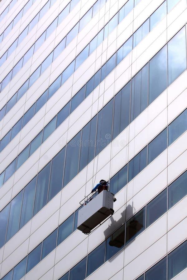 Serviço da limpeza de indicador na alta altitude do trabalho fotografia de stock royalty free