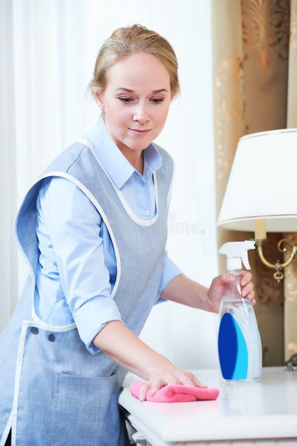 serviço da limpeza pessoal do hotel que remove a poeira fotografia de stock royalty free