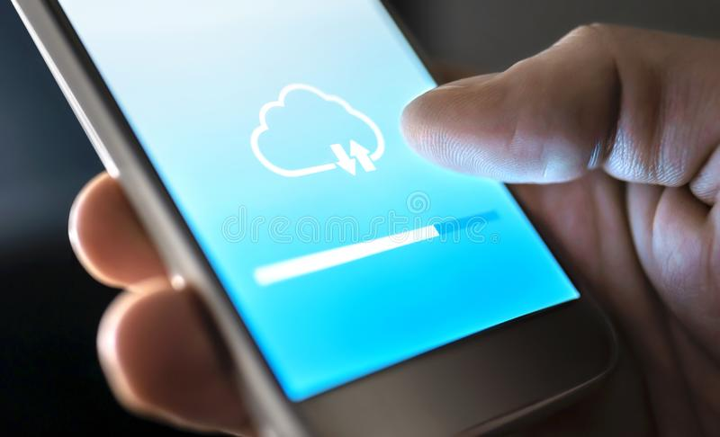 Serviço da nuvem para o armazenamento e o backup de arquivo em linha Transferência de dados no app do telefone celular com tecnol imagens de stock royalty free