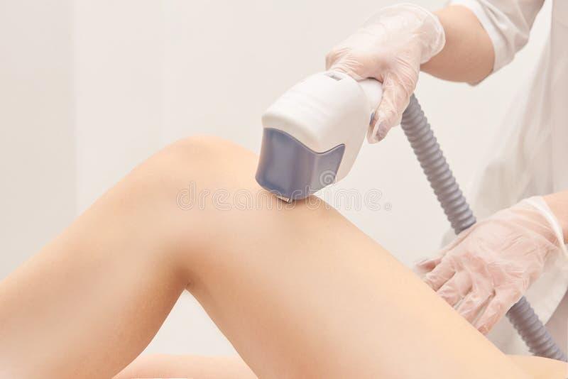 Serviço da remoção do laser do cabelo Dispositivo da cosmetologia do IPL Instrumento profissional Cuidados com a pele macios da m imagens de stock