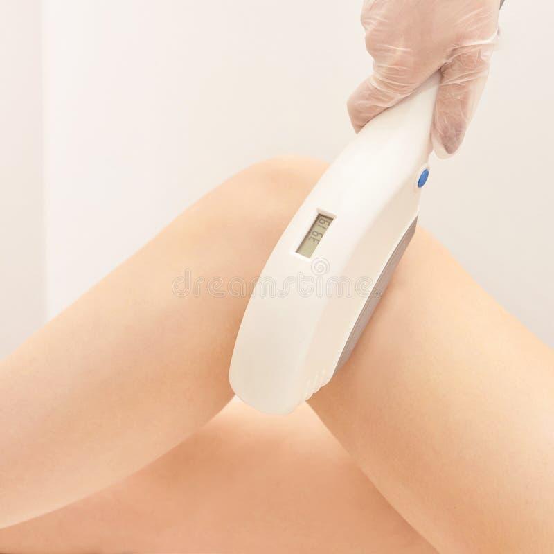 Serviço da remoção do laser do cabelo Dispositivo da cosmetologia do IPL Instrumento profissional Cuidados com a pele macios da m foto de stock royalty free