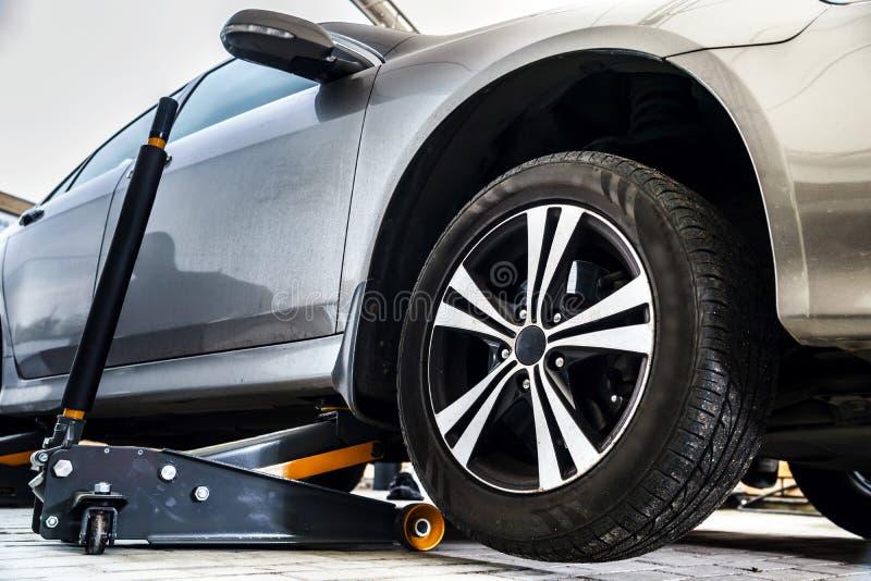Serviço da substituição do pneu fotografia de stock