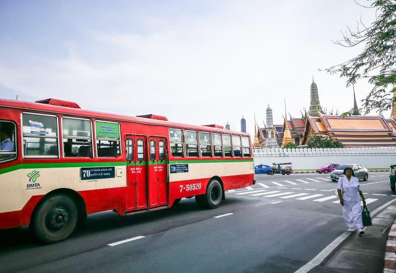 Serviço de ônibus público vermelho de Tailândia em Banguecoque com opinião tailandesa de palácio real no fundo fotografia de stock