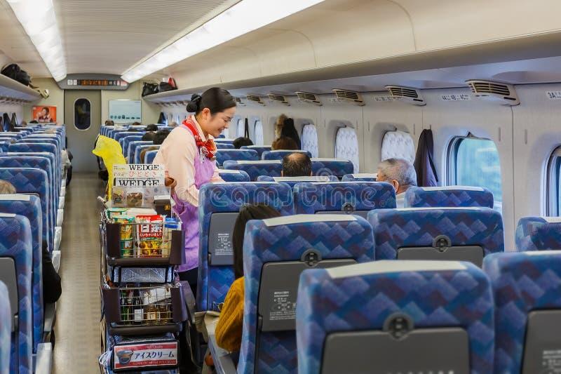 Serviço de alimentação em um Shinkansen imagens de stock