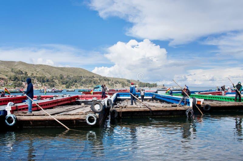 Serviço de balsa no lago Titicaca, Bolívia fotos de stock