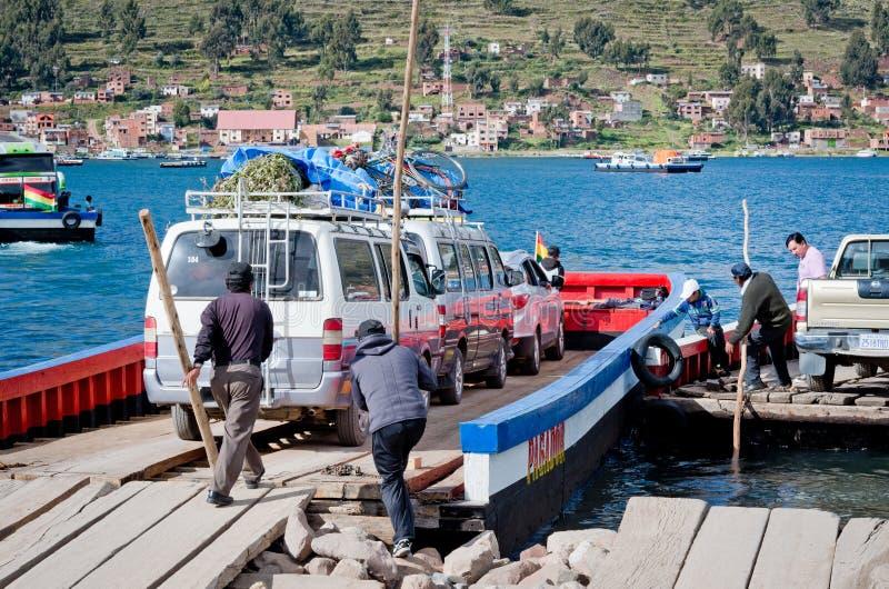 Serviço de balsa no lago Titicaca, Bolívia foto de stock