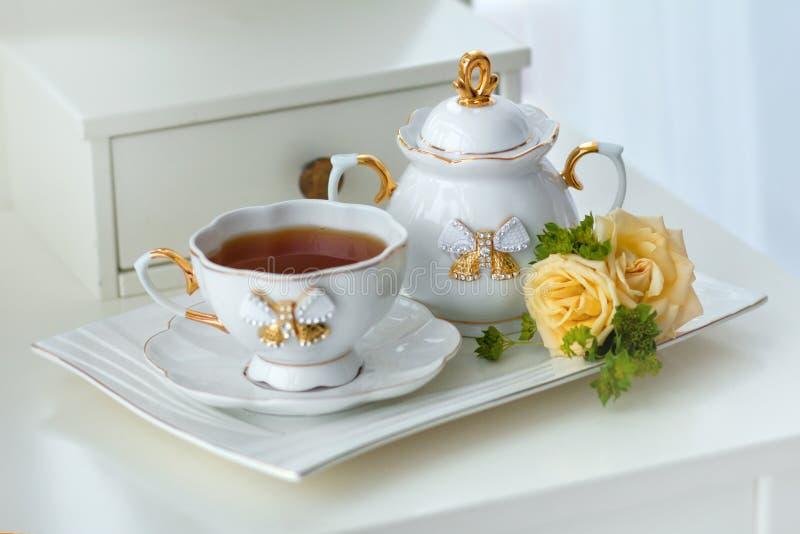 Serviço de chá elegante com chá e flores no estilo inglês imagens de stock