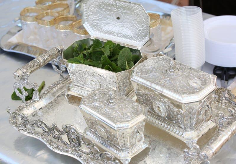 Serviço de chá de prata durante o festival no Norte de África imagens de stock