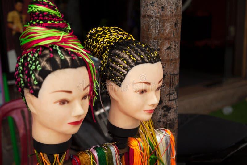Serviço de oferecimento do penteado das tranças do salão de beleza do cabeleireiro da rua foto de stock royalty free