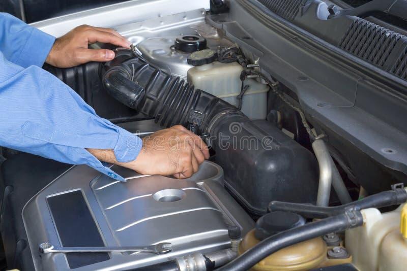 Serviço de reparações do carro, auto mecânico que repara o motor de automóveis foto de stock