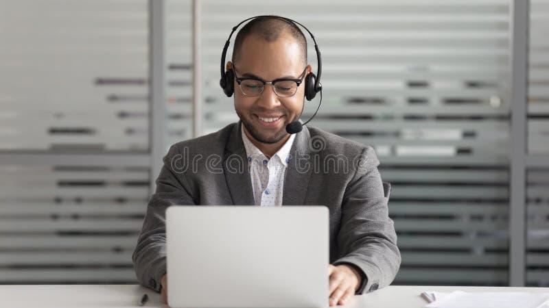 Serviço de suporte africano animado, colaborador do sexo masculino, consultoria para clientes corporativos imagens de stock