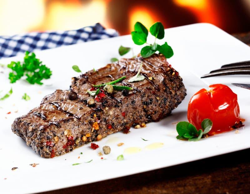 Serviço do bife de carne grelhado foto de stock royalty free