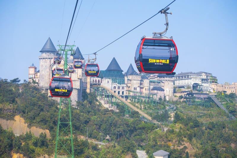 Serviço do teleférico de Sunworld em Banahil, parque ideal com o hotel no monte em Vietname imagem de stock