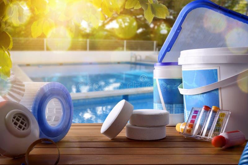 Serviço e equipamento da piscina com backgroun da piscina fotografia de stock