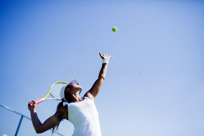 Serviço fêmea bonito do jogador de tênis imagens de stock royalty free
