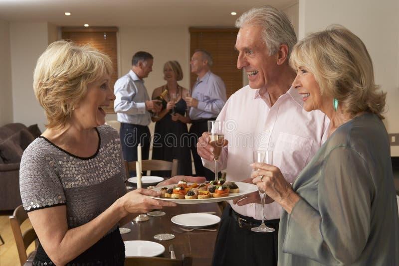 Serviço Hors D'oeuvres da mulher no partido de jantar fotos de stock royalty free