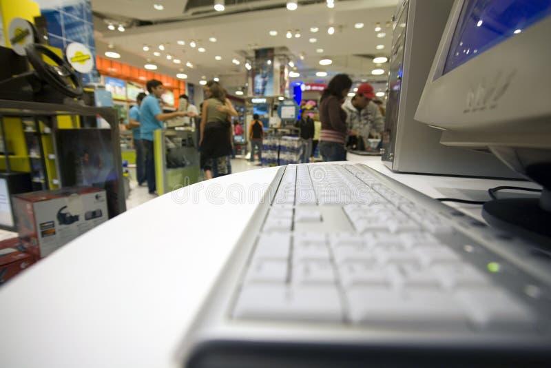 Serviço informático em uma loja grande