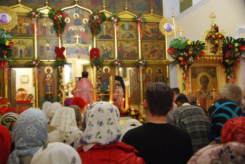 Serviço na igreja ortodoxa Páscoa fotografia de stock