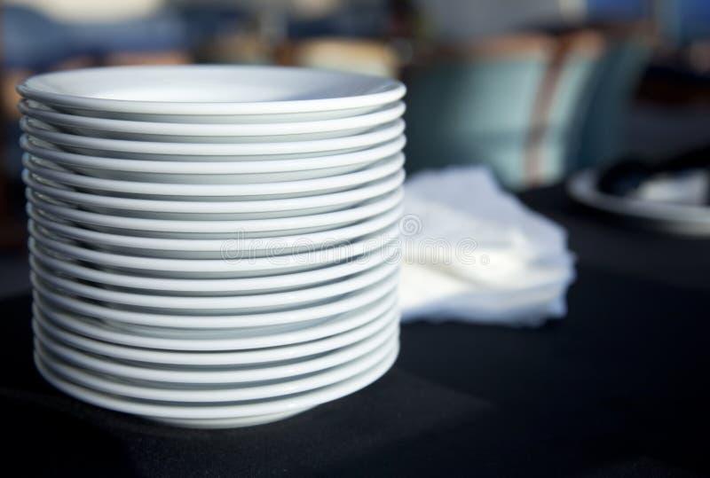Serviço/placas do restaurante empilhadas fotos de stock