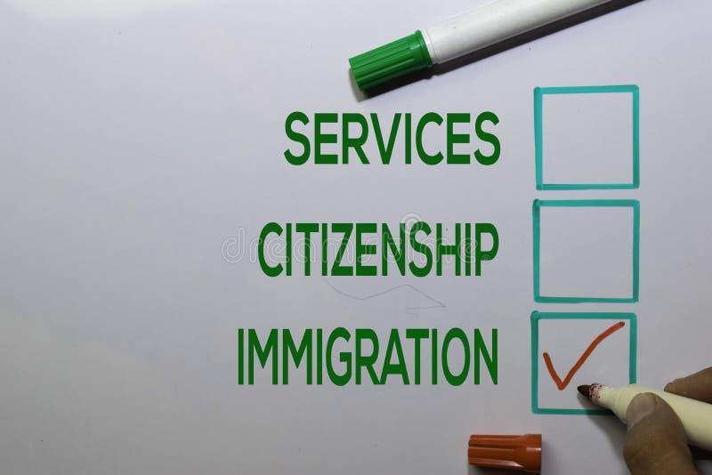 Serviços Cidadania, Imigração com lista vermelha escrevendo sobre o fundo do quadro branco imagens de stock royalty free