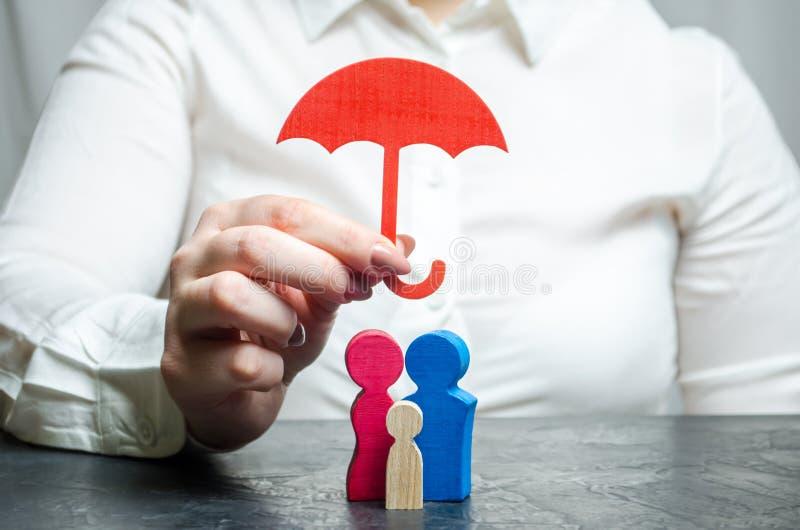 Serviços do agente de seguros Conceito do seguro de vida e de saúde Proteção social dos povos Segurança e apoio diminuto imagem de stock