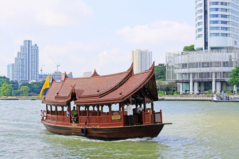 Serviços do barco em Chao Praya River, Banguecoque, Tailândia foto de stock