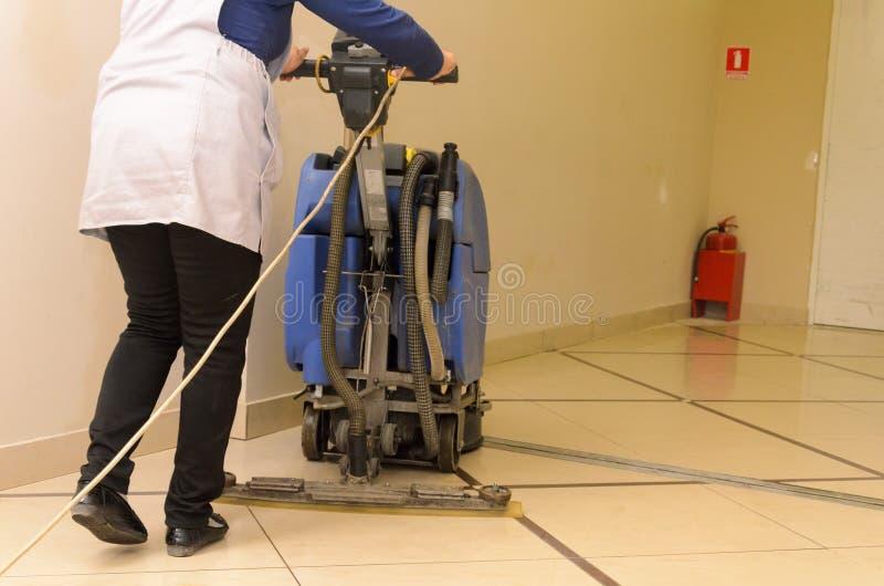 Serviços do cuidado e da limpeza do assoalho com máquina de lavar imagens de stock
