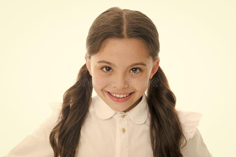 Serviços do salão de beleza do cabeleireiro para a menina Menina que sorri com o cabelo longo isolado no branco Criança feliz com foto de stock royalty free