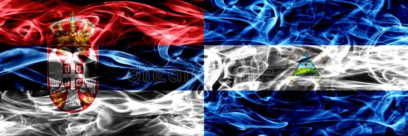 Servië versus Nicaragua, Nicaraguan zij aan zij geplaatste rookvlaggen royalty-vrije stock fotografie