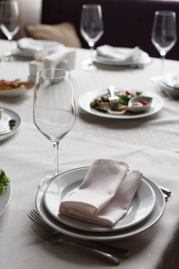 Servi ? la table de restaurant de banquet avec des verres de plats, de casse-cro?te, de couverts, de vin et d'eau, nourriture eur photo libre de droits
