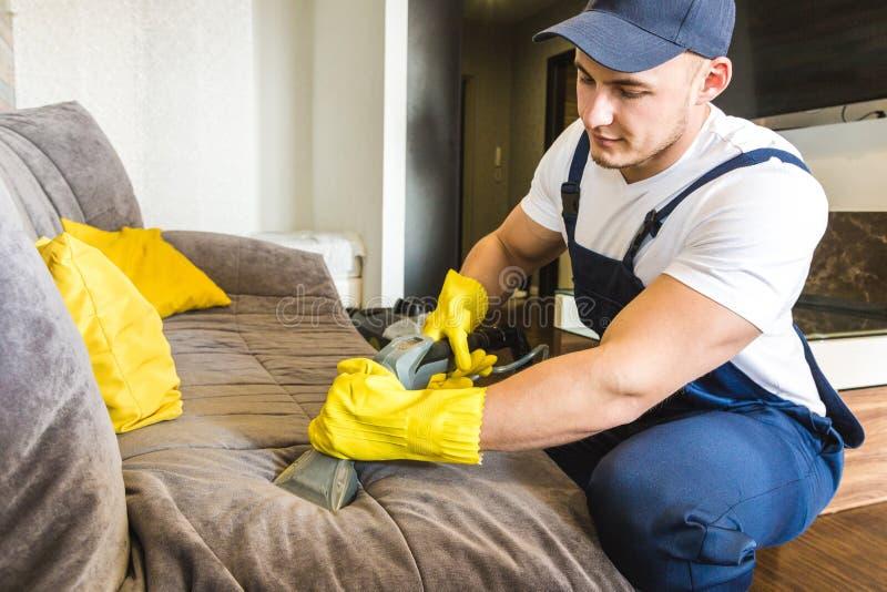 Servi?o da limpeza com equipamento profissional durante o trabalho limpeza profissional do kitchenette, tinturaria do sof?, janel imagem de stock