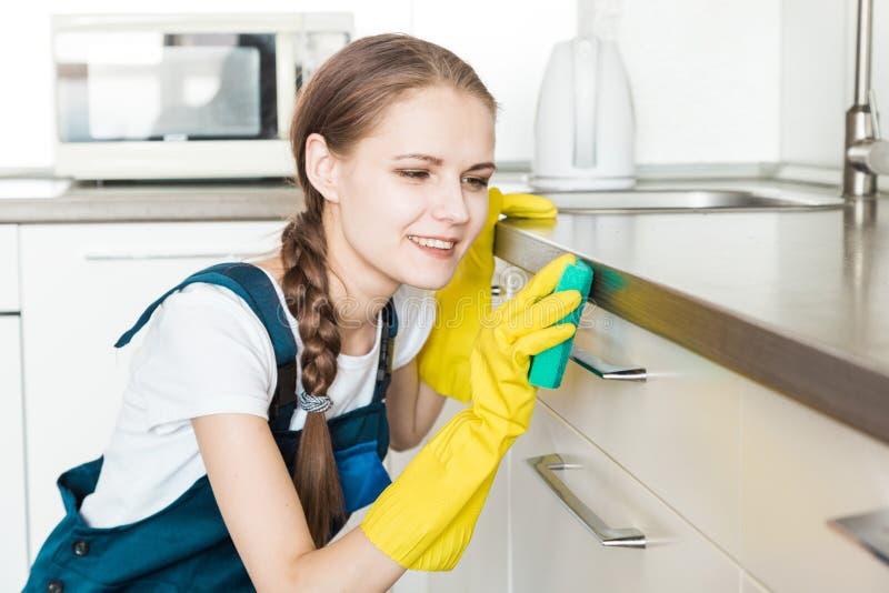 Servi?o da limpeza com equipamento profissional durante o trabalho limpeza profissional do kitchenette, tinturaria do sof?, janel fotos de stock