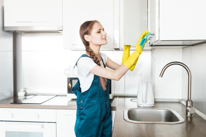 Servi?o da limpeza com equipamento profissional durante o trabalho limpeza profissional do kitchenette, tinturaria do sof?, janel imagens de stock royalty free