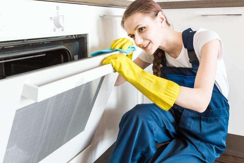 Servi?o da limpeza com equipamento profissional durante o trabalho limpeza profissional do kitchenette, tinturaria do sof?, janel fotos de stock royalty free