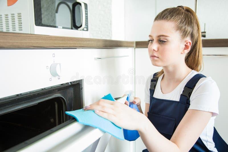 Servi?o da limpeza com equipamento profissional durante o trabalho limpeza profissional do kitchenette, tinturaria do sof?, janel imagem de stock royalty free